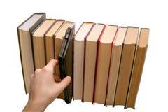 Libro elettronico contro i vecchi libri Fotografia Stock