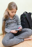 Libro elettronico della lettura della ragazza Immagine Stock