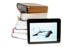 Libro elettronico e pila di tascabile su fondo isolato Fotografia Stock Libera da Diritti