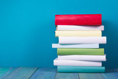 Libro en biblioteca en estante de madera azul Fondo de la educación con el espacio de la copia para el texto Foto entonada Fotos de archivo libres de regalías