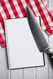 Libro en blanco de la receta con el cuchillo de cocina Imágenes de archivo libres de regalías