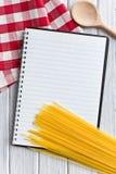 Libro en blanco de la receta con espagueti italiano Fotos de archivo libres de regalías