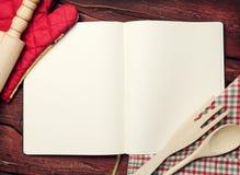 Libro en blanco de la receta en la tabla Imagen de archivo libre de regalías