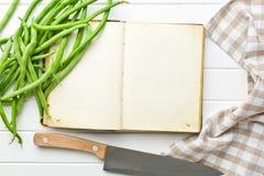 Libro en blanco de la receta y habas verdes Fotos de archivo