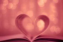 Libro en forma de corazón en fondo del bokeh Imágenes de archivo libres de regalías