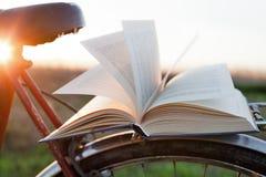 Libro en la bici imagen de archivo libre de regalías