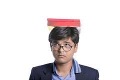 Libro en la cabeza india del estudiante Foto de archivo libre de regalías