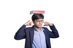 Libro en la cabeza india del estudiante Imagen de archivo