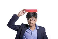 Libro en la cabeza india del estudiante Fotografía de archivo libre de regalías