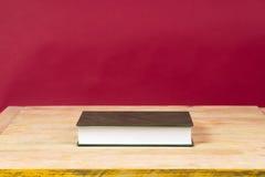 Libro en la tabla de madera De nuevo a escuela Copie el espacio Fotografía de archivo
