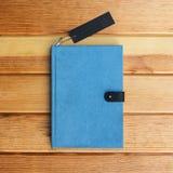 Libro en la tabla de madera para el fondo Foto de archivo