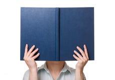 Libro en manos foto de archivo