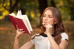 Libro en parque Imágenes de archivo libres de regalías