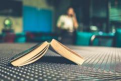 Libro en restaurante Foto de archivo