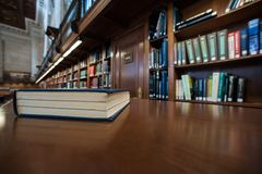 Libro en una tabla en biblioteca Foto de archivo