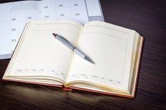 Libro encuadernado del pedazo del anillo en blanco en un fondo de madera rústico en paisaje o la orientación horizontal con el es fotos de archivo
