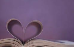 Libro, figura del cuore fotografie stock