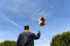 Libro graduado el lanzar en el aire Fotos de archivo libres de regalías