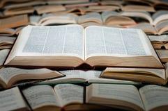 Libro grande en el montón de libros Imágenes de archivo libres de regalías