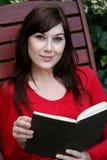 Libro grazioso della signora lettura Immagini Stock Libere da Diritti