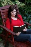 Libro grazioso della signora lettura Fotografia Stock