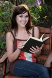 Libro grazioso della signora lettura Immagine Stock