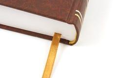 Libro isolato con il segnalibro dorato Immagine Stock
