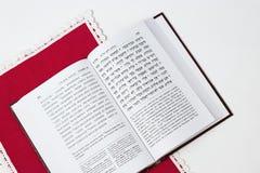 Libro judío en un fondo blanco, con la servilleta roja Fotografía de archivo libre de regalías