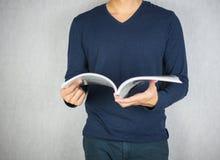 Libro lanciante e d'apertura dell'uomo nel moto Fotografie Stock Libere da Diritti