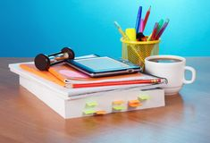 Libro, libro elettronico, matite nel supporto Immagine Stock