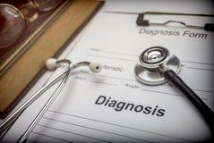 Libro médico con un estetoscopio y una forma de diagnóstico foto de archivo libre de regalías