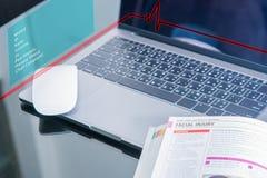 Libro médico en el ordenador portátil Imagen de archivo libre de regalías