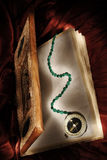 Libro magico con la bussola dello stregone Immagine Stock