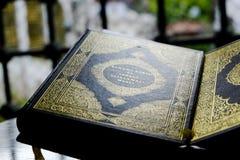 Libro musulmán del Quran en un soporte foto de archivo libre de regalías