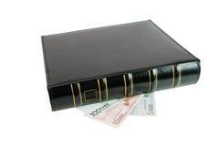 Libro negro grueso en las cuentas euro aisladas Fotos de archivo libres de regalías