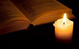 Libro nel lume di candela Fotografia Stock Libera da Diritti