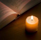 Libro nel lume di candela Fotografie Stock Libere da Diritti