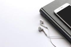 Libro nero e smartphone fotografia stock libera da diritti