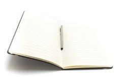 Libro o planificador en blanco abierto con una pluma aislada Fotos de archivo libres de regalías