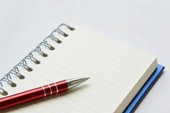 Libro o taccuino del raccoglitore di anello con la penna Immagine Stock