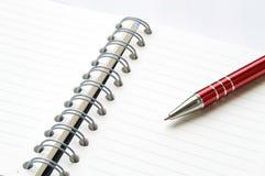 Libro o taccuino del raccoglitore di anello con la penna Immagine Stock Libera da Diritti