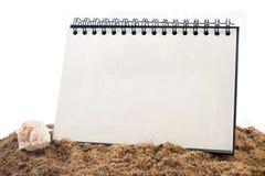 Libro obligatorio de escritorio de alambre del lazo en la arena y el backg blanco aislado Imagen de archivo