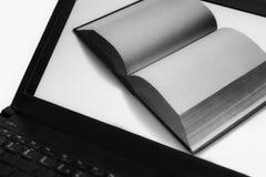 Libro ordinario en un cuaderno electrónico - lectura moderna Imágenes de archivo libres de regalías