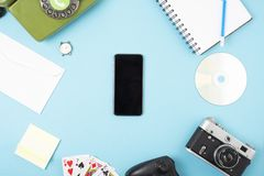 Libro, orologio, macchina fotografica, telefono, gioco, taccuino, CD, matita combinata in un telefono cellulare Concetto su un fo immagine stock libera da diritti