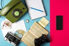Libro, orologio, macchina fotografica, telefono, gioco, taccuino, CD, matita combinata in un telefono cellulare Concetto su un fo fotografie stock libere da diritti