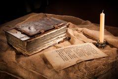 Libro, papel y vela antiguos Fotos de archivo libres de regalías