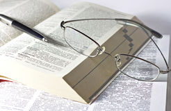 Libro, pluma y vidrios abiertos imágenes de archivo libres de regalías