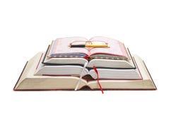 Libro, pluma y vidrios en una sola composición Imágenes de archivo libres de regalías