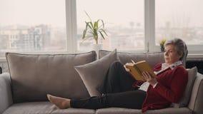 Libro preferido de la lectura de la mujer del retiro en su casa metrajes