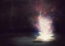 Libro que brilla intensamente Foto de archivo libre de regalías